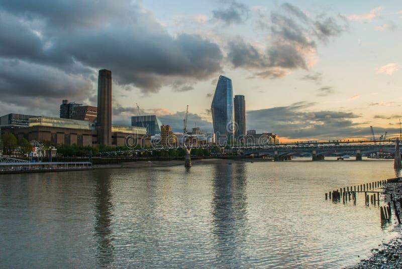 千禧桥和泰特现代艺术馆 库存照片