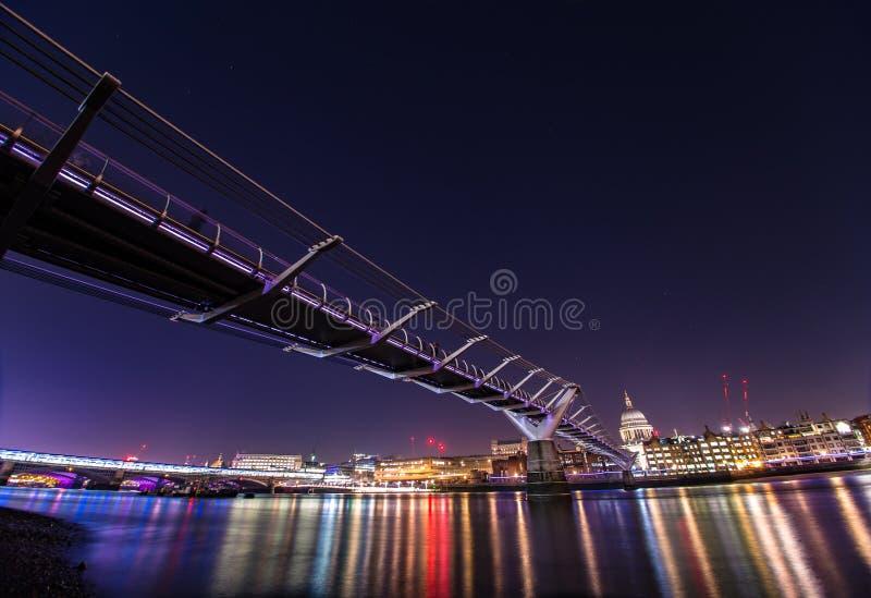 千年桥梁伦敦在晚上 库存照片