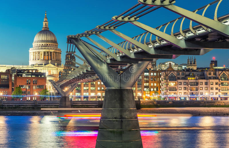 千年桥梁和圣保罗大教堂黄昏的 美妙的Londo 库存图片