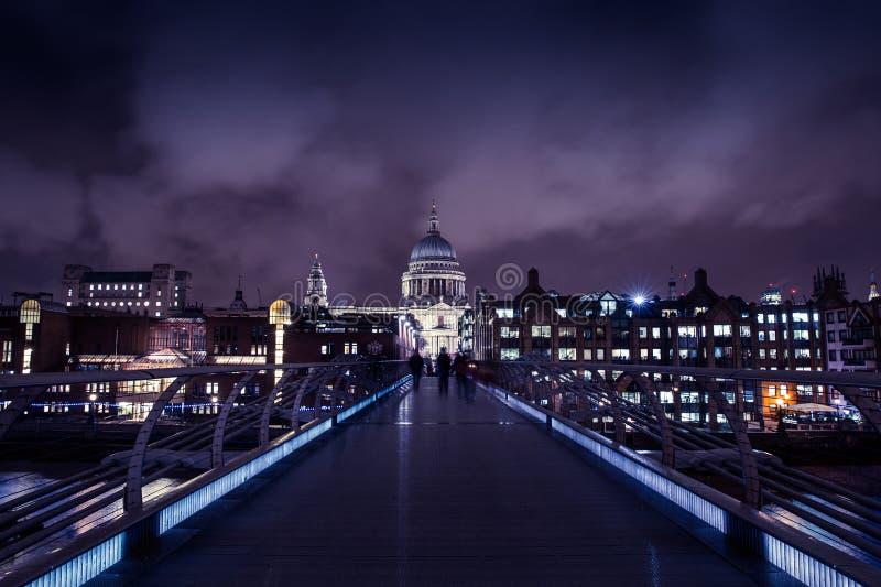 千年桥梁在伦敦在晚上 免版税图库摄影