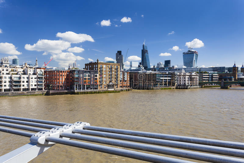 从千年桥梁的伦敦市 免版税库存照片