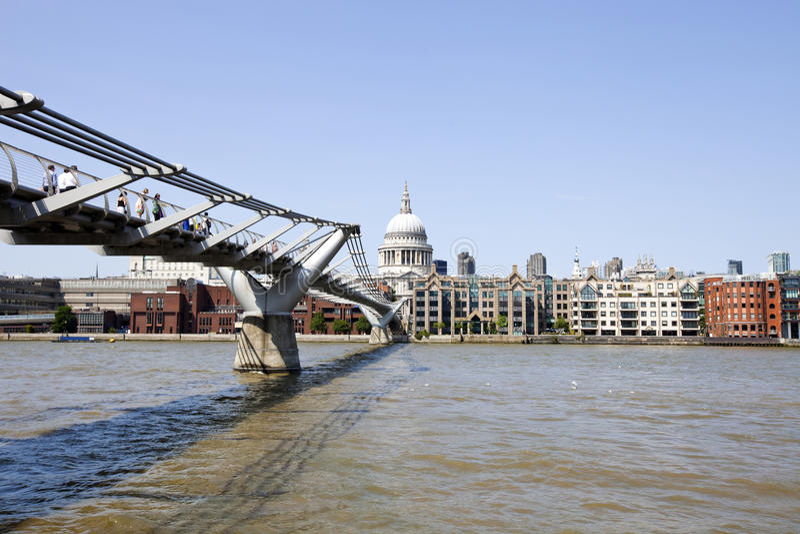 千年桥梁看法有伦敦市看法在背景中 图库摄影