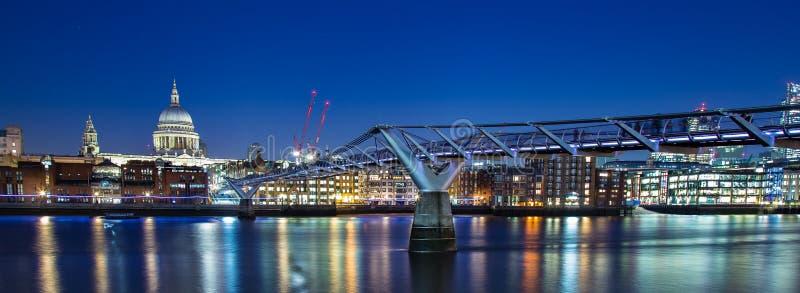 千年桥梁StPaul ` s大教堂伦敦 免版税库存图片