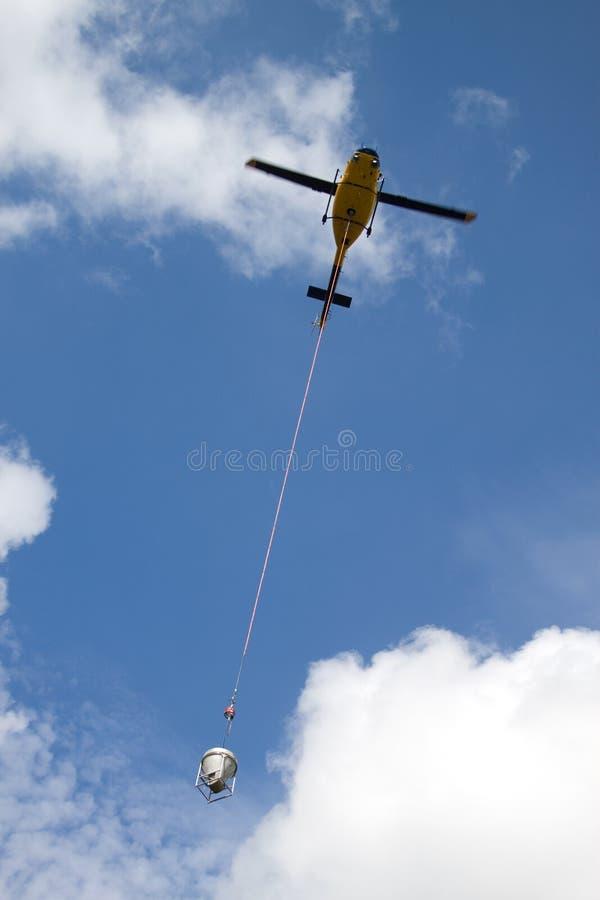 直升机举的混凝土 免版税库存照片