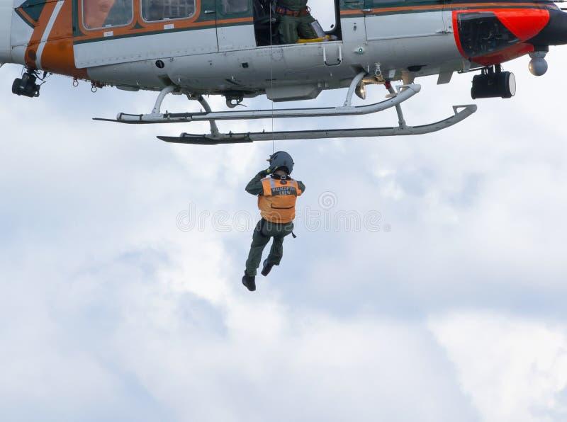 直升机乘员组做着救助任务 库存图片