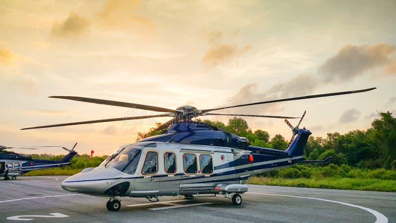 直升机停车处在飞机棚和为飞行做准备由流动代课教师组 免版税库存图片