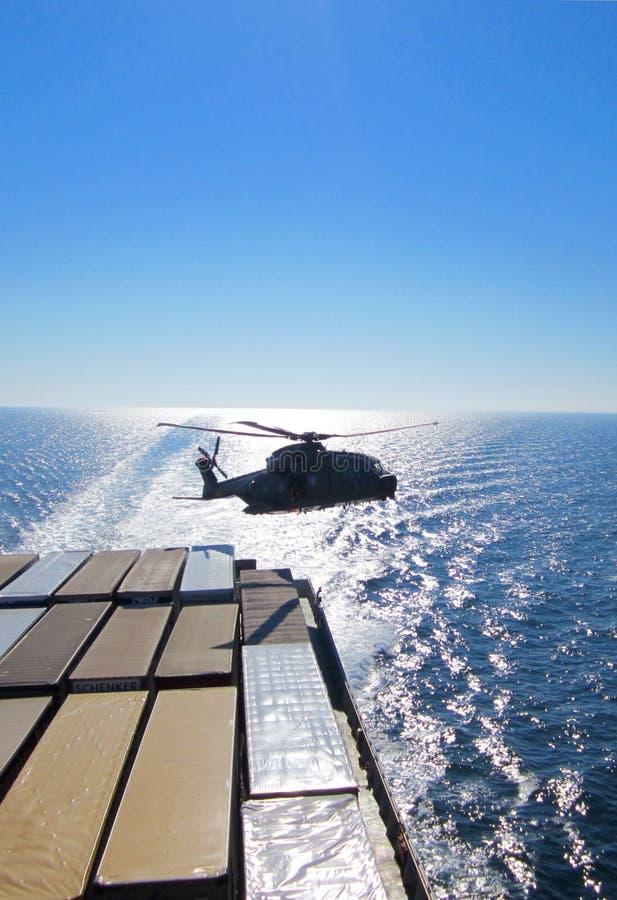 直升机喇叭花海上航道 库存图片