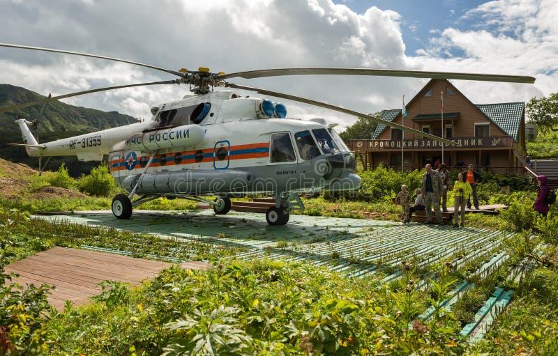 直升机在喷泉谷的地面近的储备管理登陆了  免版税库存图片
