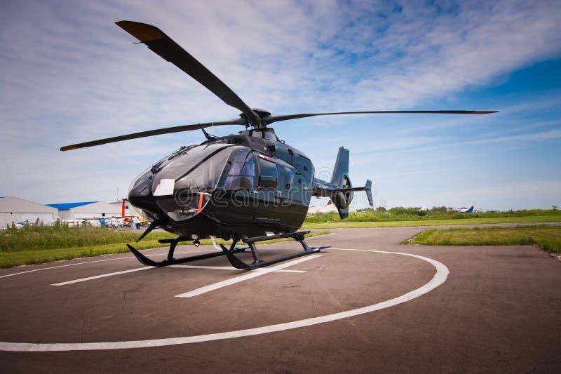 直升机在机场 库存照片