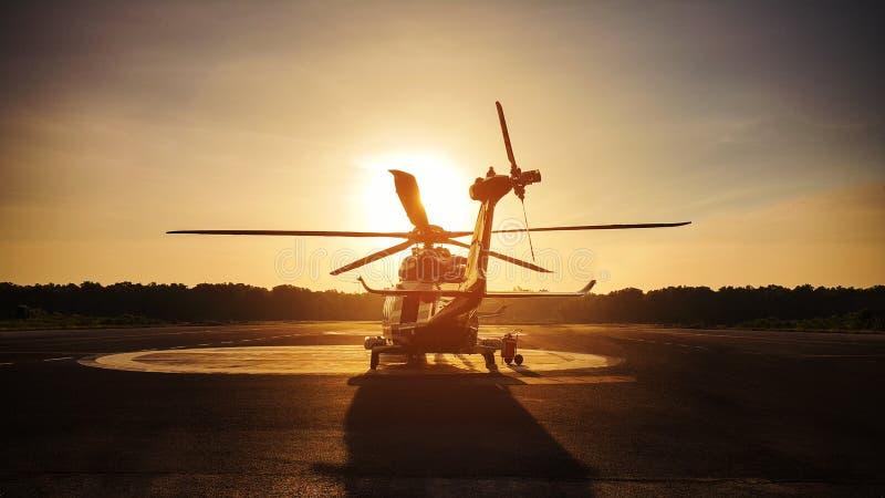 直升机在近海平台,直升机调动乘员组或乘客的停车处着陆在近海油和煤气产业的工作的 库存照片