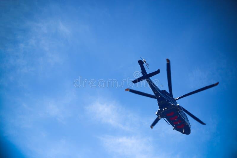 直升机在近海平台,直升机调动乘员组或乘客的停车处着陆在近海油和煤气产业的工作的 免版税库存照片