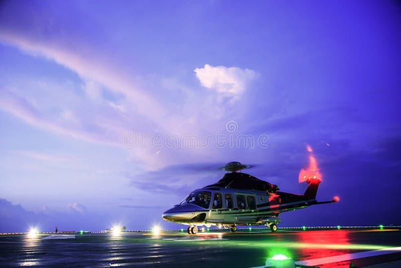 直升机在近海平台,直升机调动乘员组或乘客的停车处着陆在近海油和煤气产业的工作的 免版税库存图片