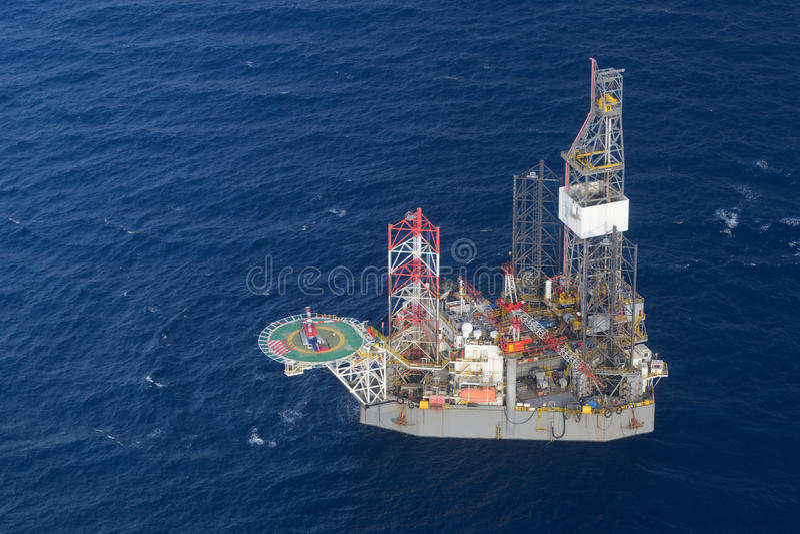 直升机带走近海抽油装置的乘客。 免版税库存照片