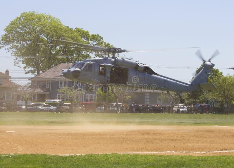 从直升机海作战分谴舰队五的MH-60S直升机与美国海军EOD水雷对抗措施示范的队着陆 库存照片