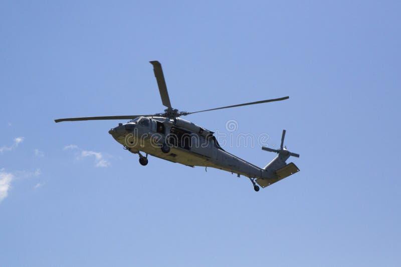 从直升机海作战分谴舰队五的MH-60S直升机与美国海军EOD水雷对抗措施示范的队着陆 免版税库存图片