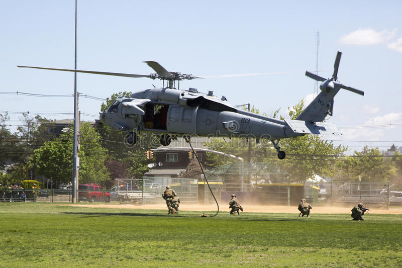 从直升机海作战分谴舰队五的MH-60S直升机与美国海军EOD水雷对抗措施示范的队着陆 免版税库存照片