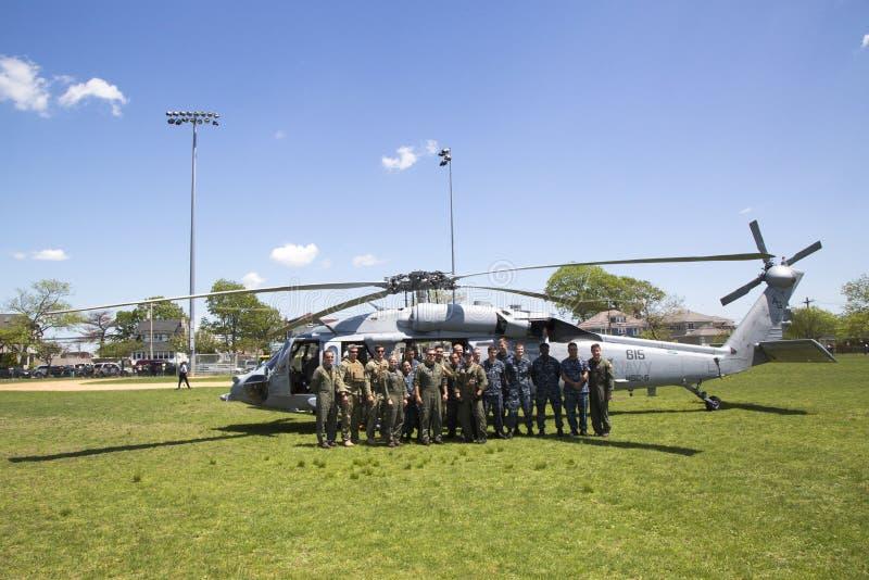 从直升机海作战分谴舰队五的MH-60S直升机与离开在水雷对抗措施demonstrati以后的美国海军EOD队 库存照片