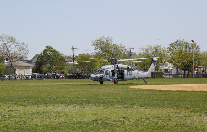 从直升机海的MH-60S直升机与与美国海军EOD队离开的分谴舰队五交战 免版税库存图片