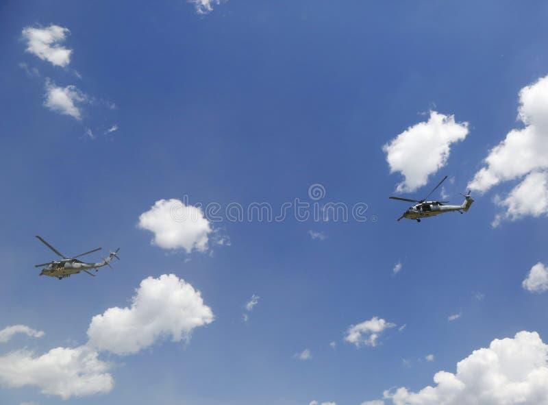 从直升机海的MH-60S直升机与与美国海军EOD队离开的分谴舰队五交战 库存图片