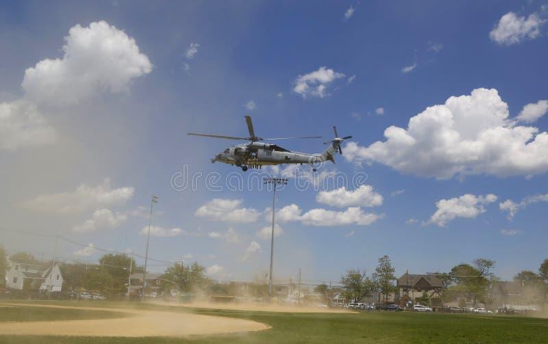 从直升机海的MH-60S直升机与与美国海军EOD队离开的分谴舰队五交战 库存照片