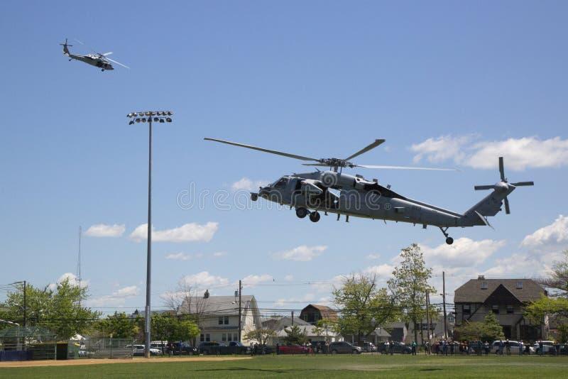 从直升机海的MH-60S直升机与与美国海军EOD队离开的分谴舰队五交战 免版税库存照片