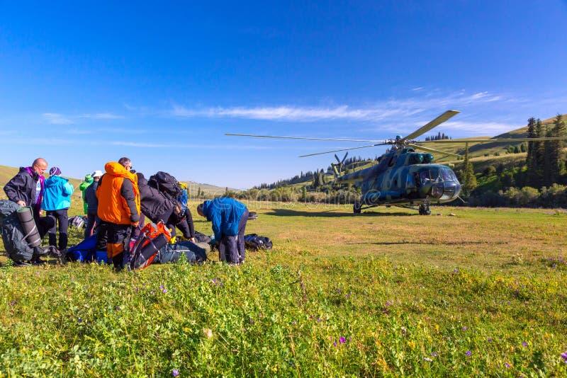 直升机着陆被研的和人们为上做准备 图库摄影