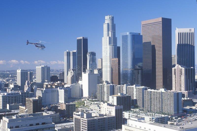 直升机飞行在新的洛杉矶地平线,洛杉矶,加利福尼亚 库存图片