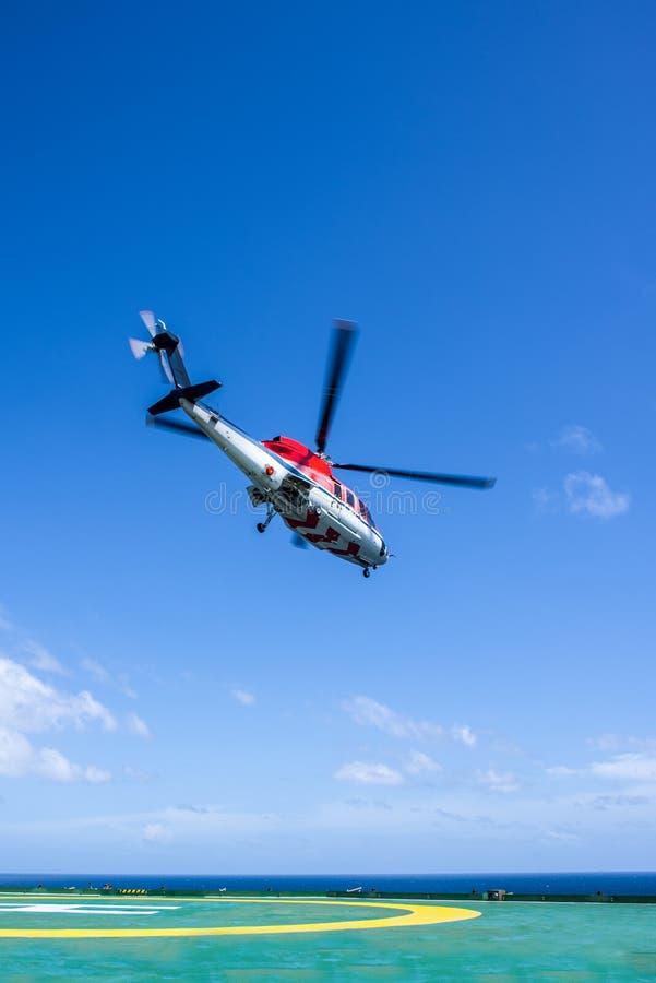 直升机从抽油装置离开 库存照片