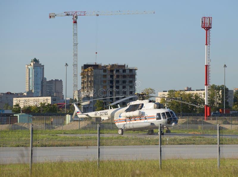 直升机Mi8MTV 1 (RF-32785)俄罗斯的EMERCOM FGUAP停车场的俱乐部 免版税库存图片