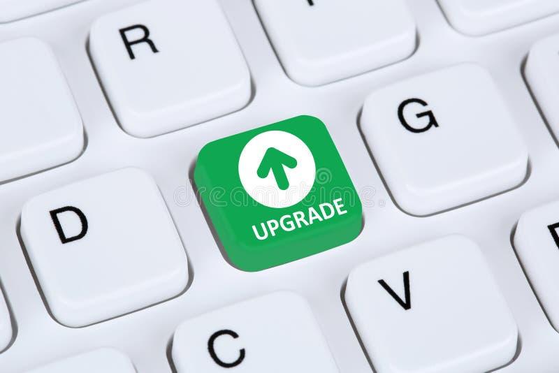 升级升级软件程序在计算机keybo的象标志 免版税库存照片