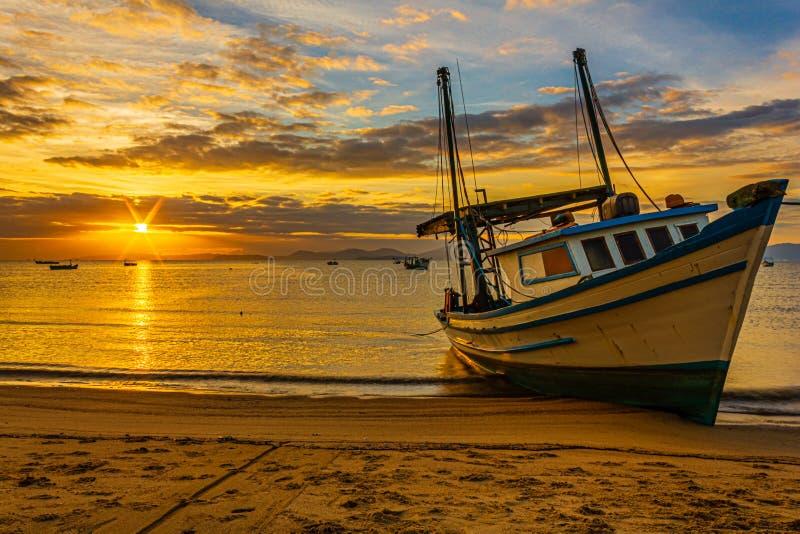 升起和照亮小船的太阳 免版税图库摄影