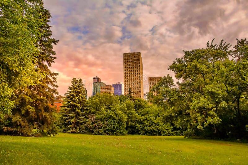 升起在街市埃德蒙顿的太阳 免版税图库摄影