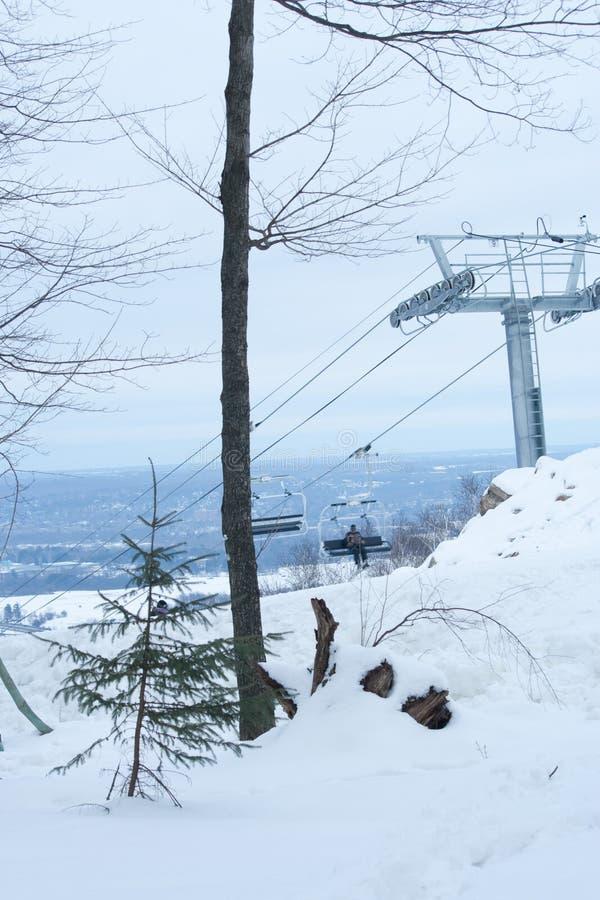 升降椅的雪滑雪者 库存照片