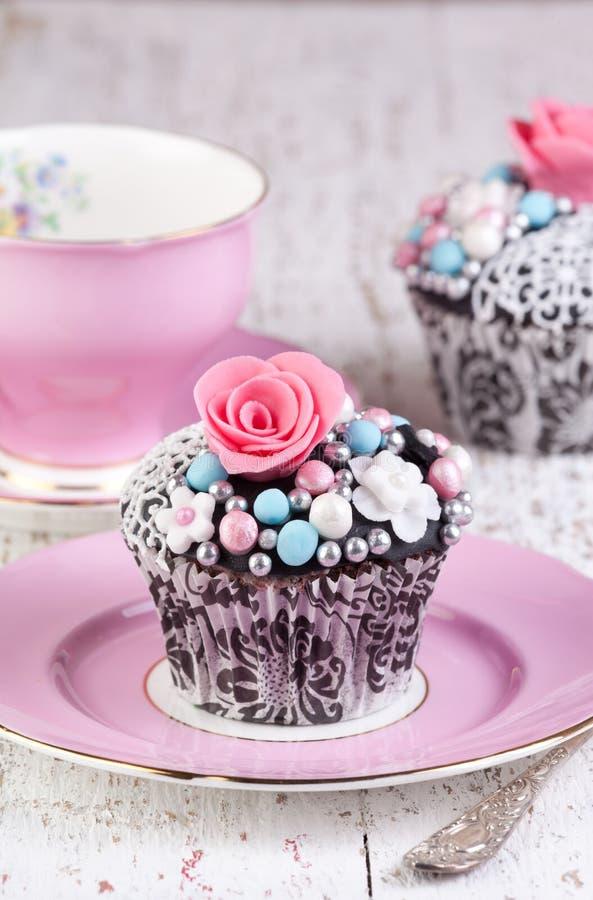 午后茶会杯子和杯形蛋糕 免版税库存图片