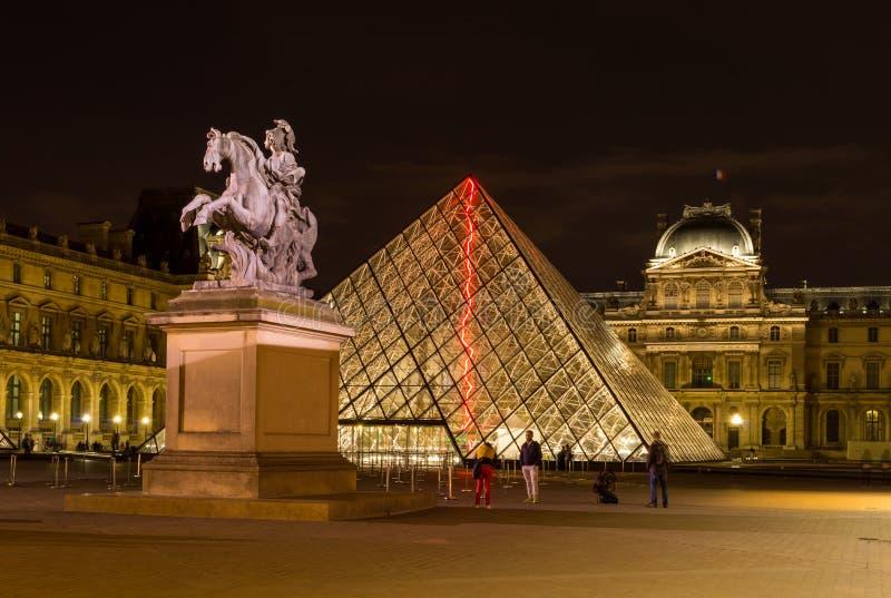 午夜在罗浮宫,巴黎 免版税库存图片