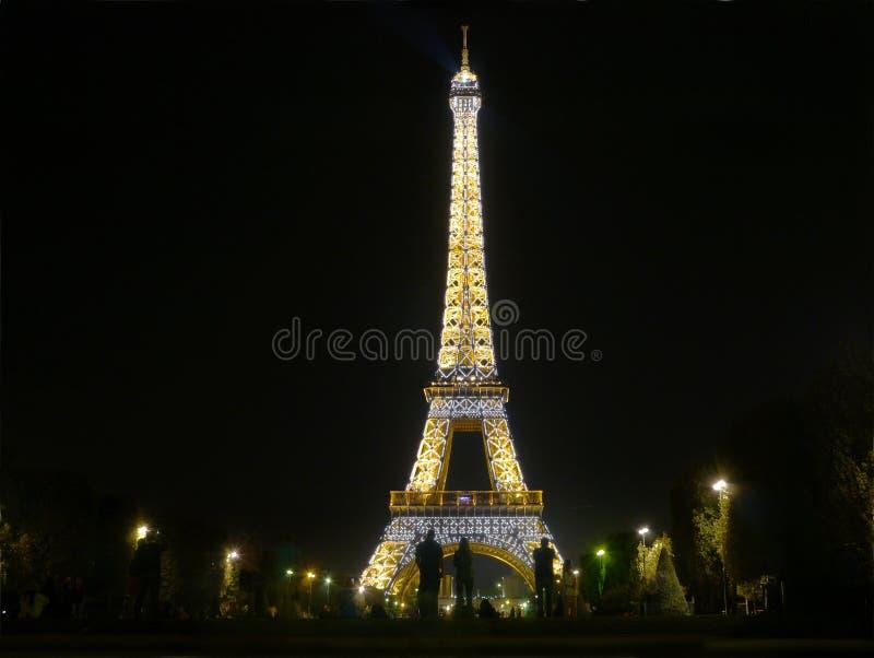 午夜在巴黎-艾菲尔铁塔在黑暗发光 库存图片