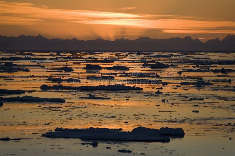 午夜太阳的斯瓦尔巴特群岛在高北极 库存图片