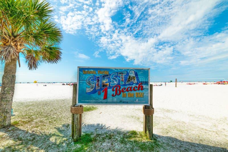 午睡海滩标志在一个晴天 免版税库存照片