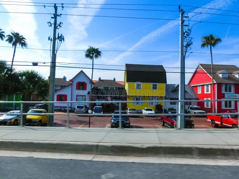 午睡钥匙,美国- 2018年5月11日:典型的佛罗里达家在有棕榈树、热带植物和花的乡下 免版税库存照片