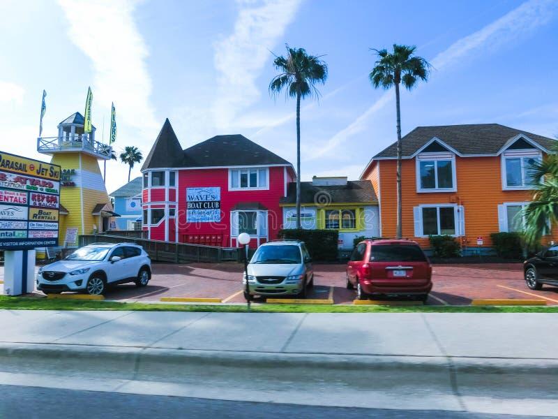 午睡钥匙,美国- 2018年5月11日:典型的佛罗里达家在有棕榈树、热带植物和花的乡下 库存照片