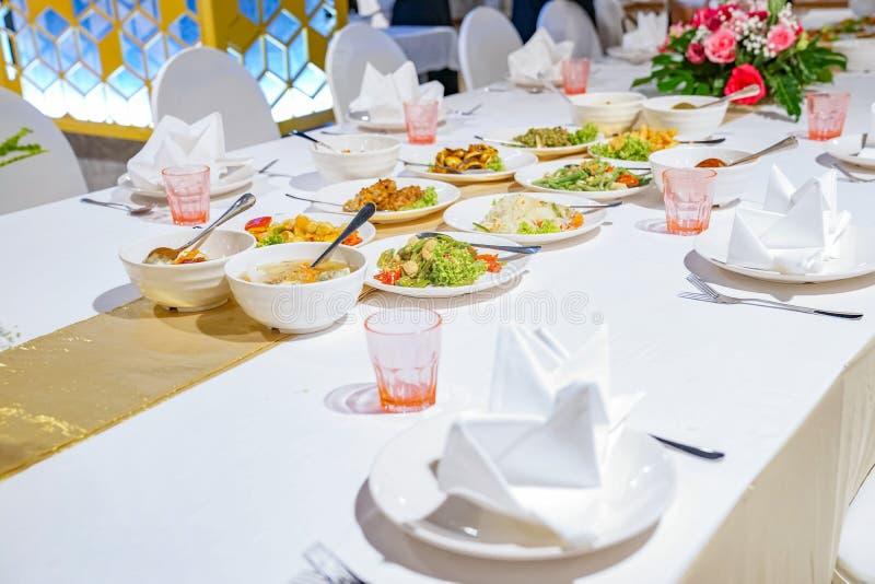 午餐或晚餐的简单的泰国食物在餐馆 免版税库存图片