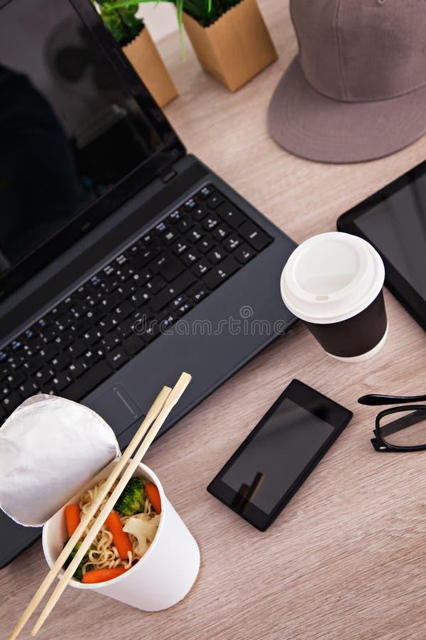 午餐时间在办公室 免版税库存图片