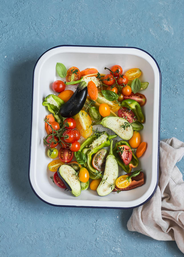 午餐的未加工的成份-在平底锅的新鲜的切好的菜在蓝色背景,顶视图 库存照片