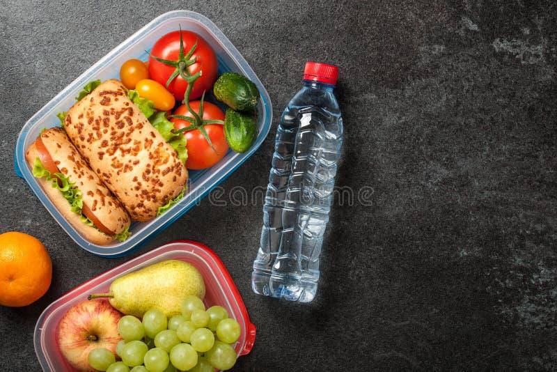 午餐盒用三明治、蔬菜和水果 库存照片
