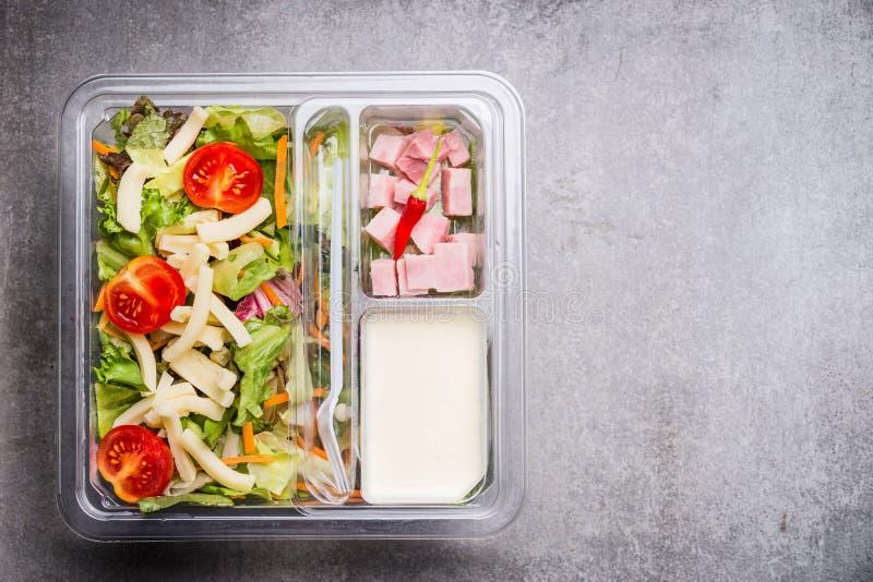 午餐盒用与乳酪、火腿和酸奶选矿,顶视图的健康莴苣沙拉 免版税库存照片