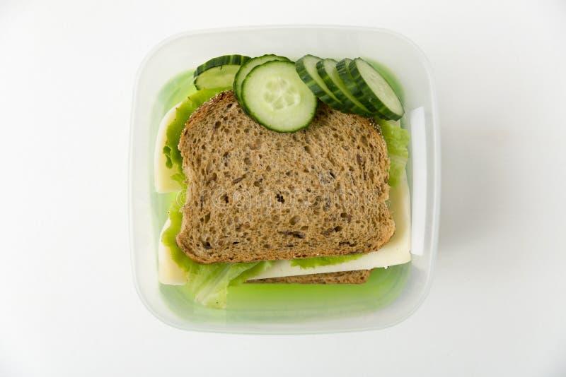 午餐盒用乳酪和莴苣三明治和新鲜的黄瓜 L 库存照片