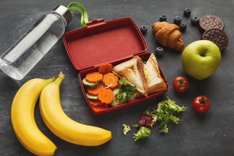 午餐盒用在黑桌背景的健康食物 库存图片