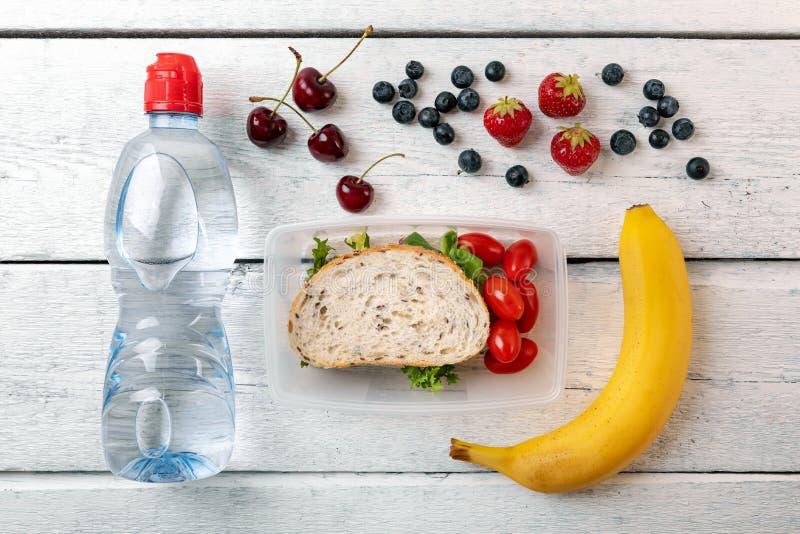 午餐盒用果子和水瓶 免版税库存图片