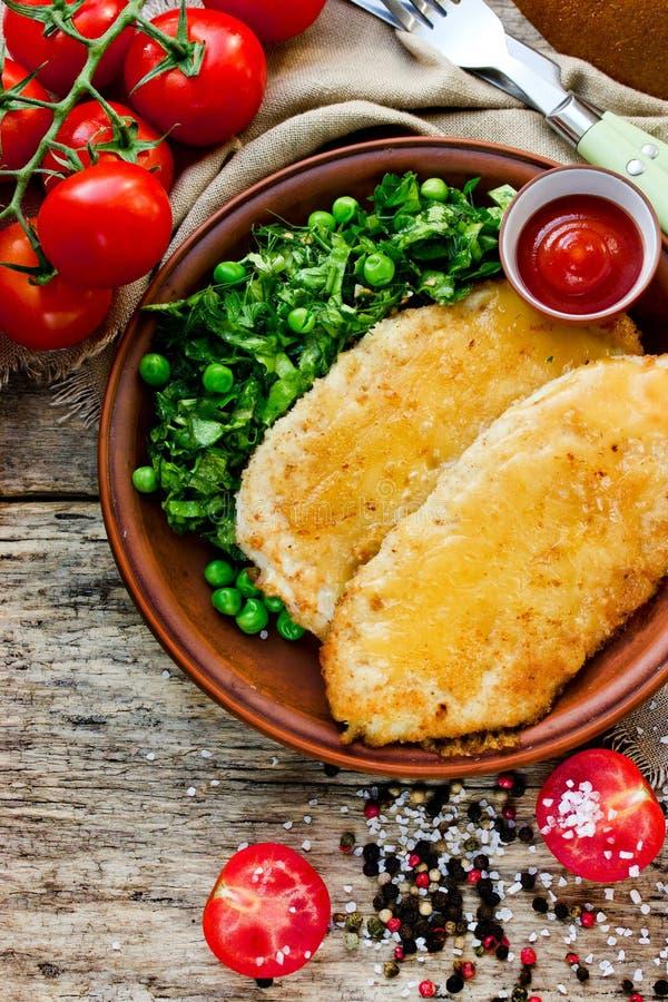 午餐盘-鸡乳酪炸肉排用莴苣绿豆sa 图库摄影