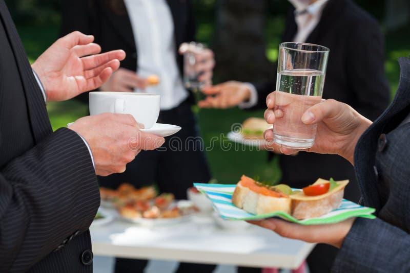 午餐自助餐的商人 库存照片